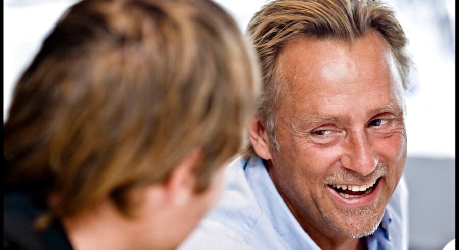 Den lune fynbo har med sit gode humør og sin imødekommenhed fået mange venner i dansk fodbold. Her fra Lars Høghs første periode i Brøndby IF med klubbens daværende målmand, Stephan Andersen, med ryggen til. Arkivfoto 2008.