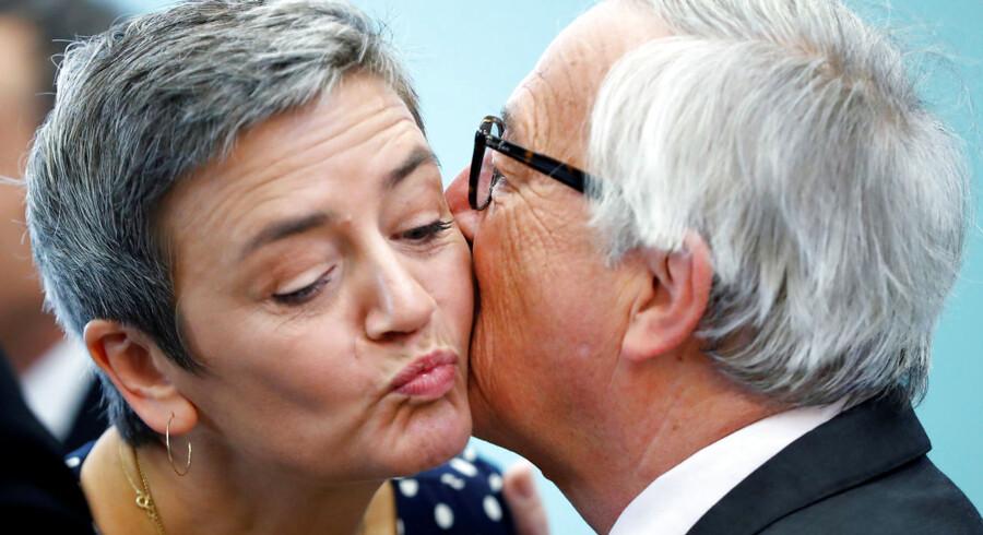 Der er længe blevet spekuleret i, om Vestager kunne være et bud til at afløse den mand, hun kindkysser her, EU-Kommissionens nuværende formand Jean-Claude Juncher. Se, hvor sandsynligt det er ifølge bookmakeren Betfair. REUTERS/Yves Herman