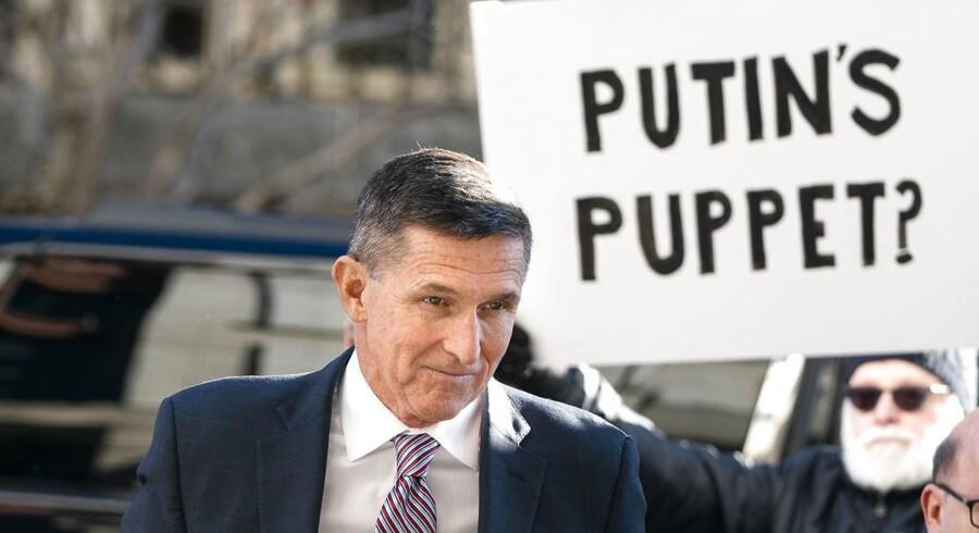 Præsident Trumps tidligere nationale sikerhedsrådgiver, Michael Flynn, skulle tirsdag have modtaget sin dom efter at have tilstået at have løjet for FBI om samtaler med den russiske ambassadør i USA. »Putins dukke?,« lød det på en demonstrants skilt uden for retten. Andre protesterende erklærede på deres skilte, at de bakker op om Flynn. EPA/JIM LO SCALZO
