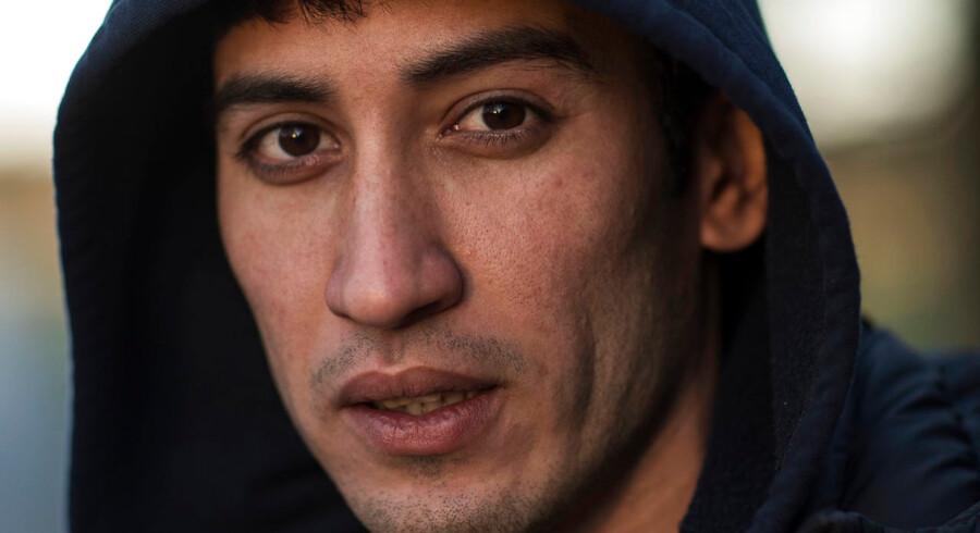 Hadi Dartomi nægter at forlade Danmark, selv om han har fået afslag på asyl. Han frygter, at en tilbagevenden til hjemlandet Iran, kan koste ham livet. Personer som Hadi Dartomi koster den danske stat en kvart million kroner om året.