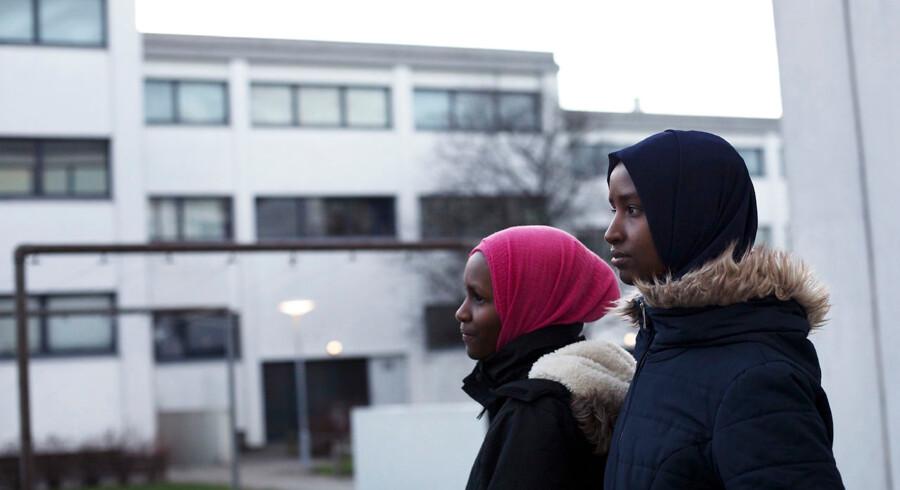Søstrene Roda (th.) og Ruwayda Abdisalan Hussein fortæller, at de er velintegrerede flygtninge fra Somalia, og de forstår ikke, hvorfor de og deres forældre ikke har fået forlænget deres midlertidige opholdstilladelse i Danmark. Nu står familien over for en udvisning, selv om de fortæller, at der langtfra er fred i Somalia.