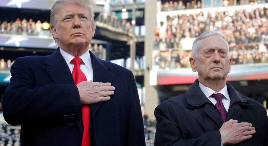 Præsident Donald Trump og hans forsvarsminister James Mattis holdt begge hånden op til hjertet og bad for deres fædreland i forbindelse med en soldaterfodboldkamp i Philadelphia tidligere på måneden. Men Trump har kørt Mattis ud på et sidespor og lytter ofte ikke til hans råd. Som med præsidentens totale tilbagetrækning af amerikanske styrker fra Syrien, som Mattis på det kraftigste advarede Trump imod. REUTERS/Jim Young