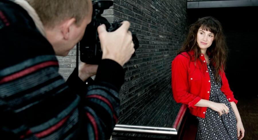 Skuespillerinden Danica Curcic lader sig interviewe om sit arbejde på Det Kongelige Teater, der i stadig større grad står for at holde mikrofonen selv
