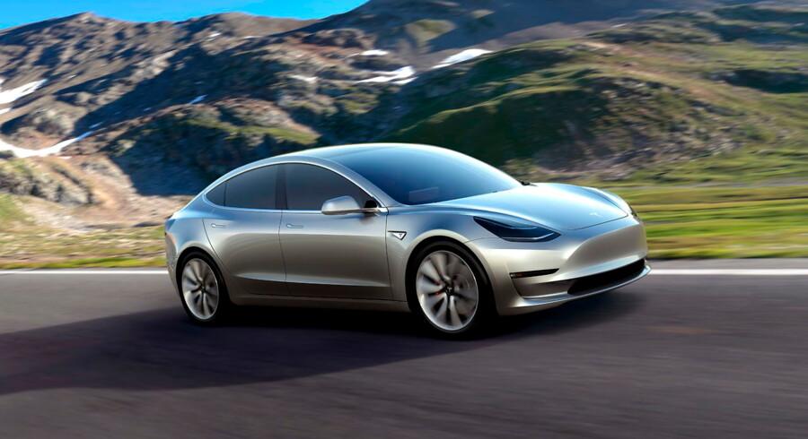Den seneste Tesla-model har tiltrukket rekordmange bestillinger. I alt har selskabet modtaget 276.000 ordrer på lavprisudgaven af Model 3, hvilket vil stille store krav til firmaets produktionskapacitet, skriver Financial Times. Arkivfoto.