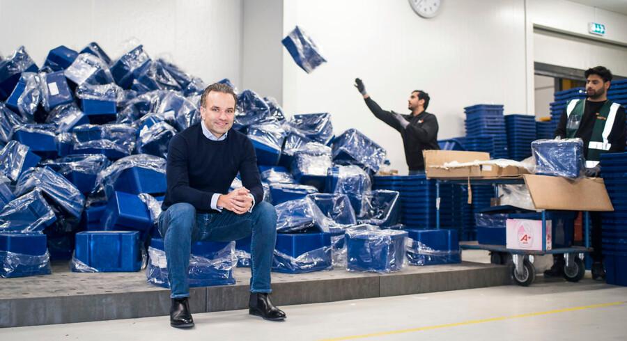 Midt imellem de mange mennesker i mørkeblåt arbejdstøj sidder 43-årige Stefan Plenge. Han er manden, der har skabt et marked, som for otte år siden ikke eksisterede herhjemme.