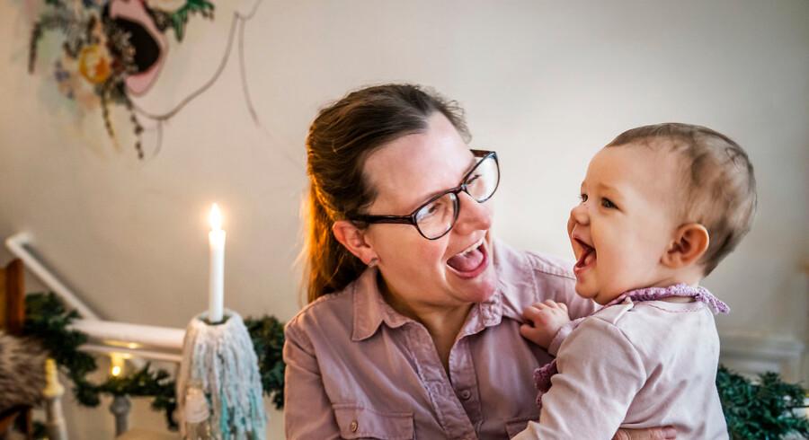 43-årige Dorte Hansen måtte igennem 14 mislykkede fertilitetsforsøg, før hun blev mor til Ella på otte måneder. Undervejs i sit fertilitetsforløb fik hun blandt andet kontakt til den kendte kostvejleder Lene Hansson. Nu fortæller hun sin historie i håb om, at andre ufrivilligt barnløse ikke opsøger hjælp hos alternative behandlere, der påstår at kunne forbedre den enkeltes fertilitet.
