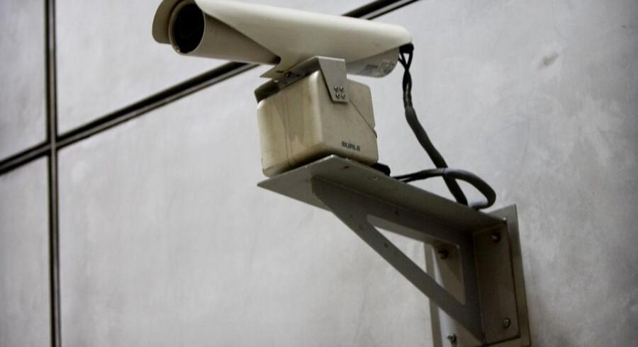 Overvågning af borgerne er i dag meget mere end blot kameraer..Vi bør være særdeles påpasselige, og store dele af den eksisterende overvågning bør rulles tilbage. Dels fordi retten til privatliv er altafgørende i et frit samfund, dels fordi risikoen for fejl, lækager og misbrug er meget stor.