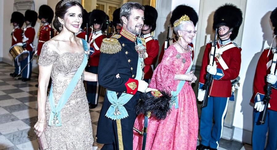 Kronprins Frederik, kronprinsesse Mary og dronning Margrethe ankommer til gallataffel på Christiansborg Slot i anledning af kronprinsens 50-års fødselsdag i maj.