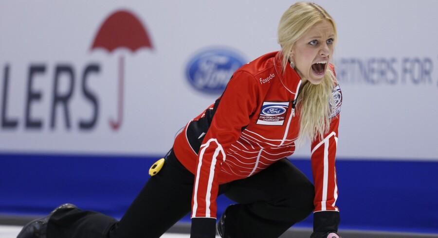 Skipper Madeleine Dupont er lettet over mandagens sejr ved EM i curling. Scanpix/Mathieu Belanger