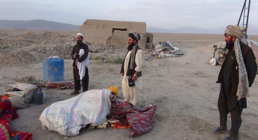 Afghanske indbyggere i byen Dasht-e-Bari i Logar-provinsen, hvor et amerikansk luftangreb beskyldes for at have dræbt 13 civile, fra den samme familie og såret 15 andre. Angrebet var rettet mod Taliban-krigere i området.