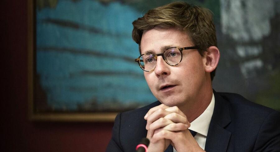 Ny rapport viser, at de 320 rigeste danske familier skjuler 60 milliarder kroner i skattely. Karsten Lauritzen (V) gør opmærksom på, at skattemyndighederne står stærkt i kampen mod skattesvindel.