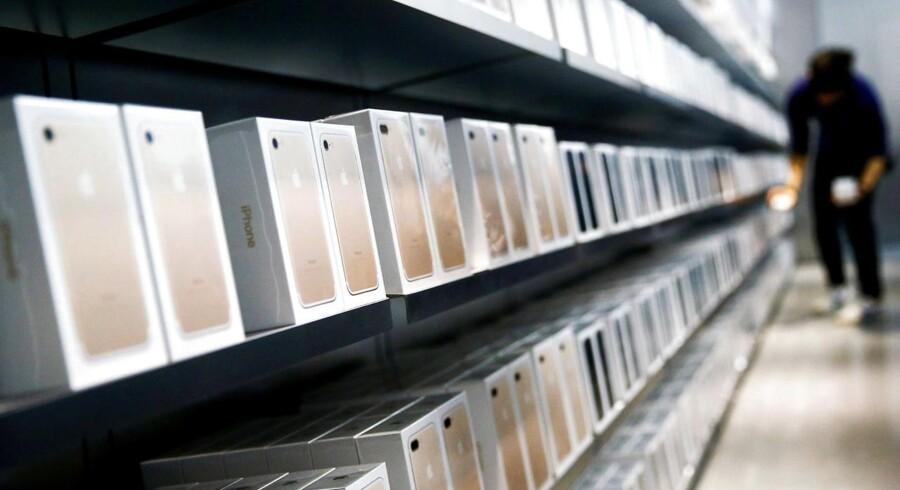 Der vil blive solgt færre mobiltelefoner i år end sidste år, og der er udsigt til prisstigninger på enkeltdelene i telefonerne, der derfor risikerer at blive dyrere. Arkivfoto: Thomas Peter, Reuters/Scanpix