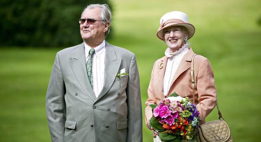 Arkivfoto. Dronningen og prins Henrik støtter genopbygningen efter den seneste flodbølge med 200.000 kroner.