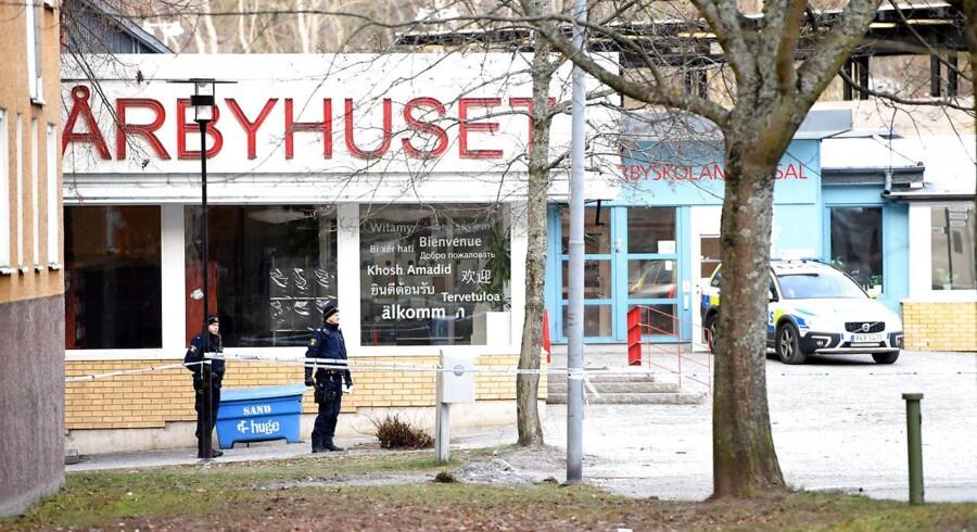 Både tunnelbanen og centrum af Vårby Gård er afspærret af politiet efter eksplosionen. (Foto: 10060 Henrik Montgomery/TT/Scanpix 2018)