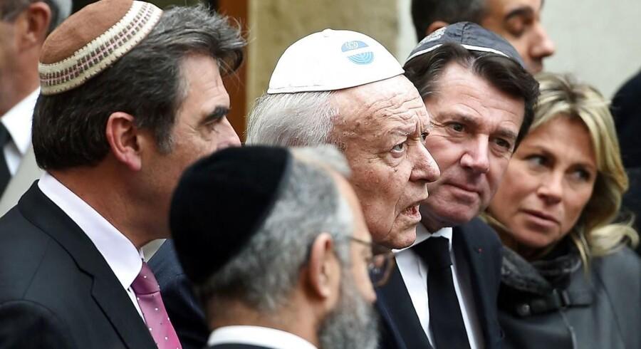 Tidligere denne måned i Marseille blev en lærer, der bar den jødiske hovedbeklædning kippa, angrebet af en radikaliseret teenager. Det satte gang i en heftig debat om jøders sikkerhed og ret til at bære kippa. Her ses Marseilles borgmester Jean-Claude Gaudin (i midten) og andre politikere i samtale med medlemmer af det jødiske samfund under en sympatiaktion i den sydfranske storby.
