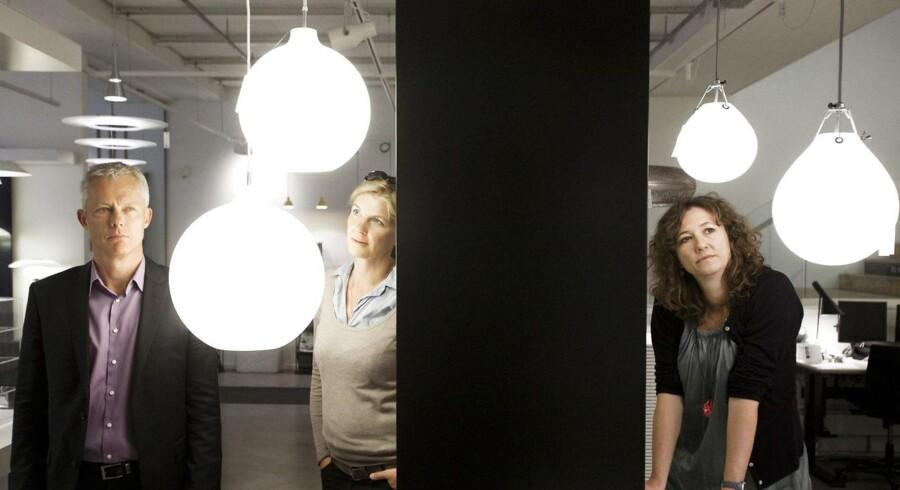 Pia Knudsen (th), Finn Eeg Petersen og Bettina Elbæk Pedersen (tv), som er ansvarlige for Louis Poulsen Lightnings samarbejde med in- og eksterne designere