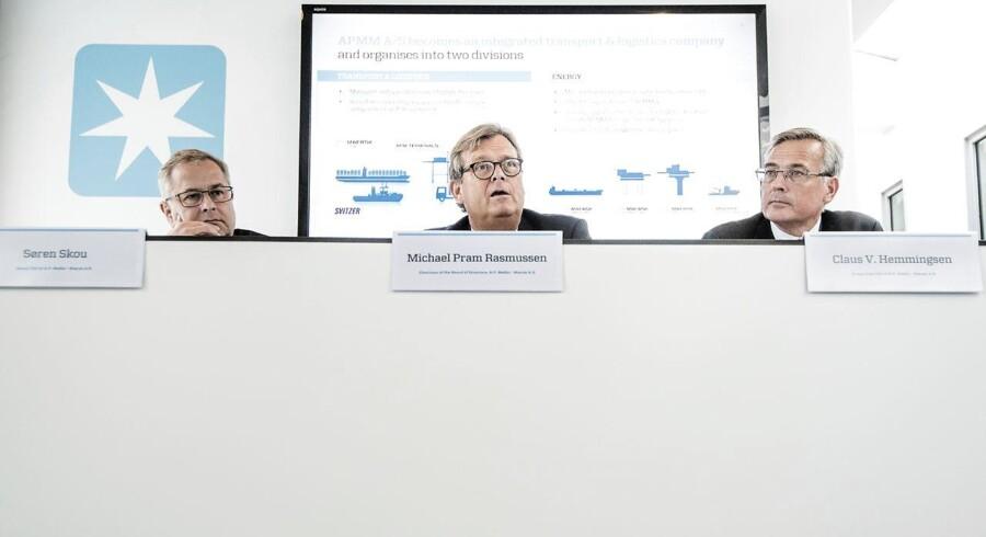 Bestyrelsen i A.P. Møller-Mærsk vil i de kommende år forsøge at komme af med koncernens olierelaterede forretninger, og hvis det ender med frasalg, kan det sende en sand pengeregn mod Esplanaden. Foto: Mærsk pressemøde - opslidtning. Fra v - Group CEO, Søren Skou, bestyrelsesformand Michael Pram Rasmussen, og Group Vice CEO Claus V. Hemmingsen.