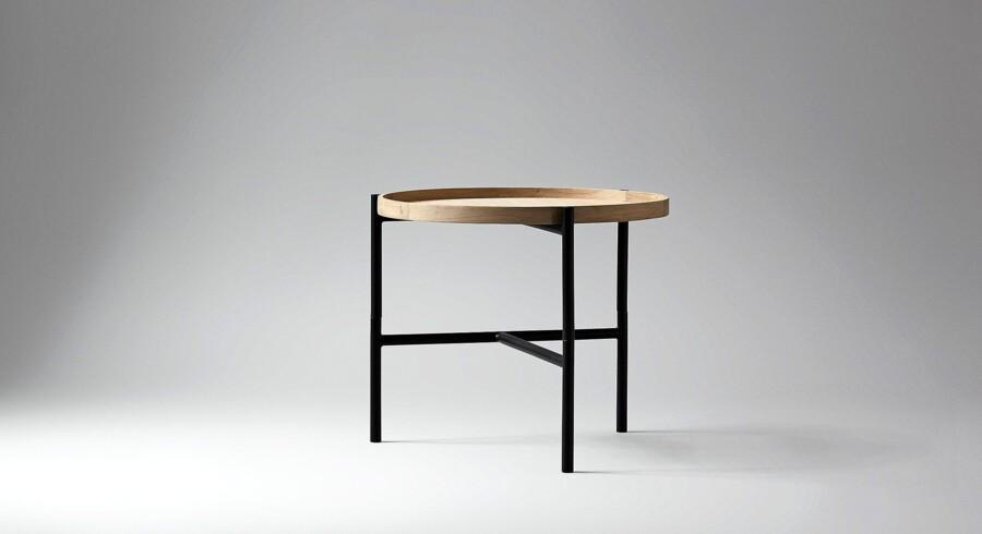 Cross sidebord med løs bakke af træ og ben af sort metal. Fås i flere farver. 50x43 cm. 1.738 kr.cross /wondesign | wondesign.dk