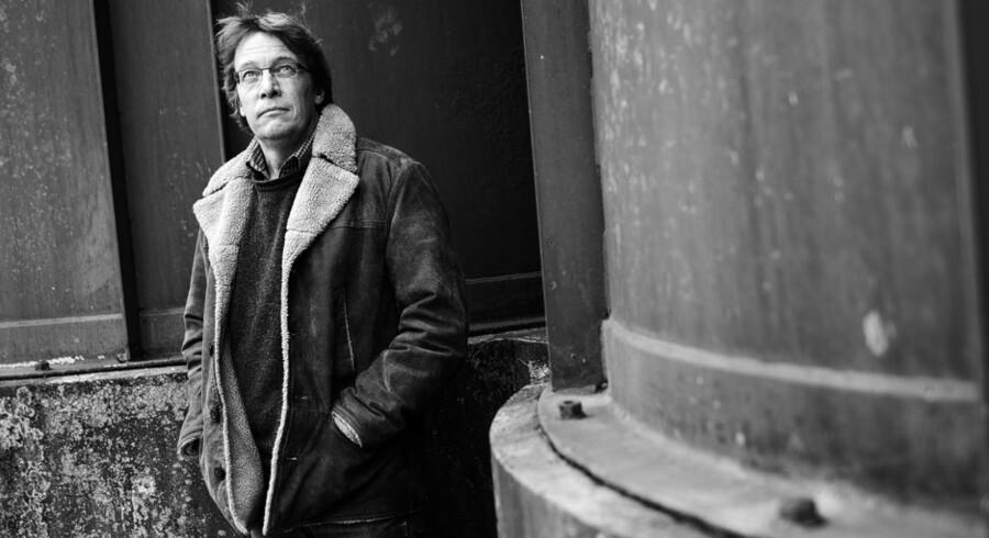 """Anders Østergaard fotograferet i anledning af hans nye film, """"1989"""". Han arbejder med at udfordre dokumentarfilmgrænserne, og bruger i sin nye film nogle anderledes fortællegreb, hvor han sætter skuespillere til at eftersynkronisere arkivbilleder af vigtige politikere fra østblokken i 1989 - lige før Murens fald."""