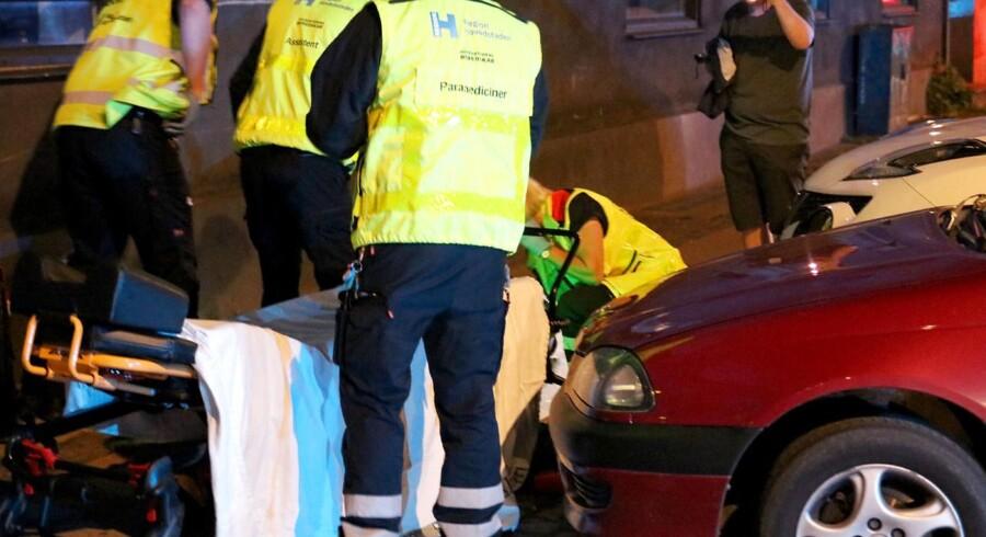 Ambulancefolk hjælper 39-årig mand, der er ramt af skud i forbindelse med et skyderi på Nørrebro i København søndag aften d. 13. august 2017, hvor to mænd affyrede et ukendt antal skud fra en knallert. . (Foto: Mathias Øgendal/Scanpix 2017)