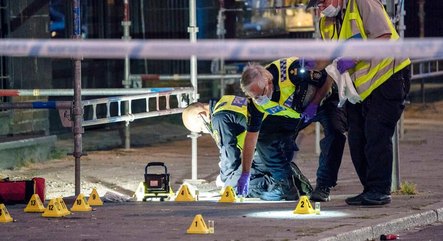 MALMÖ 20180618 Polisens kriminaltekniker på plats på Drottninggatan i Malmö natten till tisdagen efter att sex personer skjutits på öppen gata i anslutning till ett internetcafé. Två personer har avlidit av sina skador. Ett stort antal personer blev vittnen till händelsen som inträffade vid 20-tiden. Foto: Johan Nilsson / TT / kod 50090. (Foto: 50090 Johan Nilsson/TT/Ritzau Scanpix)