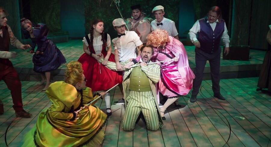 """Peter Langdals iscenesættelse af musicalen """"Into the Woods"""" bliver for larmende og unuanceret. Her er det Flemming Enevold, som er lige ved at lade livet i midten. Foto: Martin Mydtskov Rønne"""