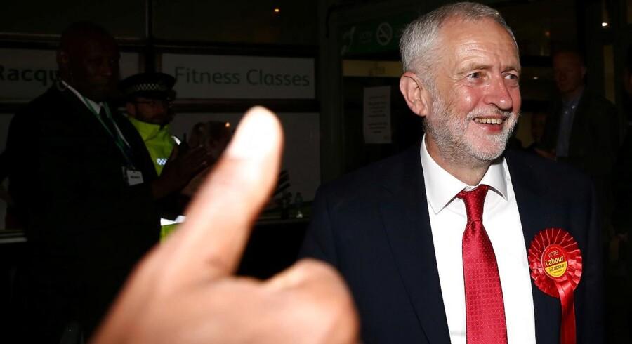 En glad Labour-leder Jeremy Corbyn tiljubles, efter de første exit-polls viser fremgang til partiet.