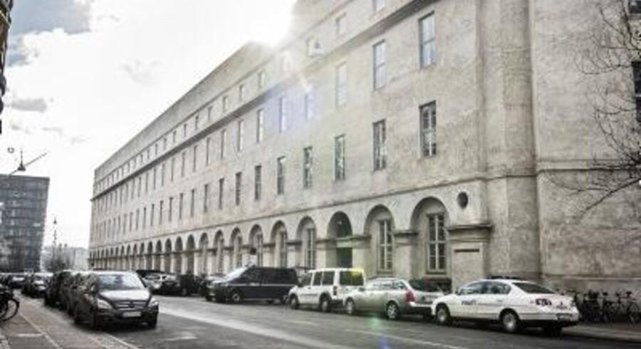 »Fængselsbetjenten rammes i hovedet af et hårdt slag, mister balancen og rammer et rækværk med hovedet,« skriver Fængselsforbundet i pressemeddelelsen.