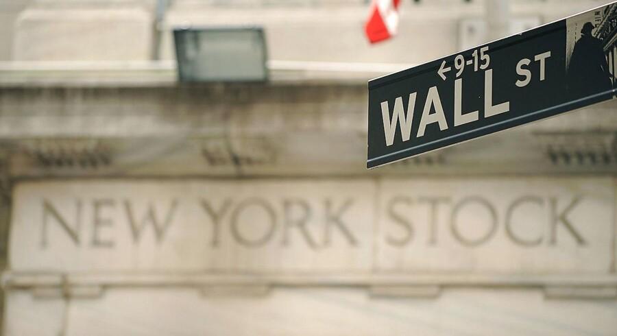 Der er høj cigarføring og brede dollargrin i den indledende handel på Wall Street torsdag - dagen efter at Donald Trump er blevet udpeget til at blive USA's næste præsident.