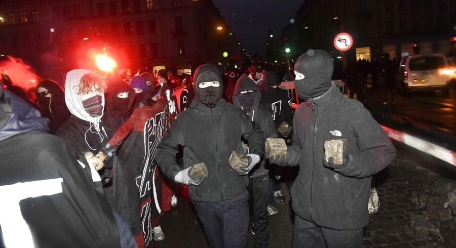 Demonstranter er kampklar med brosten i hænderne. Ungdomshuset i København afholder onsdag den 1. marts 2017 en demonstration, der bevæger sig fra Vor Frue Plads mod Nørrebro i anledning af 10-året for rydningen af Ungdomshuset på Jagtvej 69. Den 1. marts 2007 kl. ca. 7.00 påbegyndte Københavns Politi en rydning af Ungdomshuset.De følgende dage var præget af uroligheder og ødelæggelser, hvor over 714 personer blev anholdt. Den 5. marts ved 8-tiden om morgenen begyndte nedrivningen af huset, der varede indtil den 6. marts ved 23-tiden. I dag står grunden Jagtvej 69 tom, men der er planer om at bygge et nat-herberg for hjemløse på stedet.