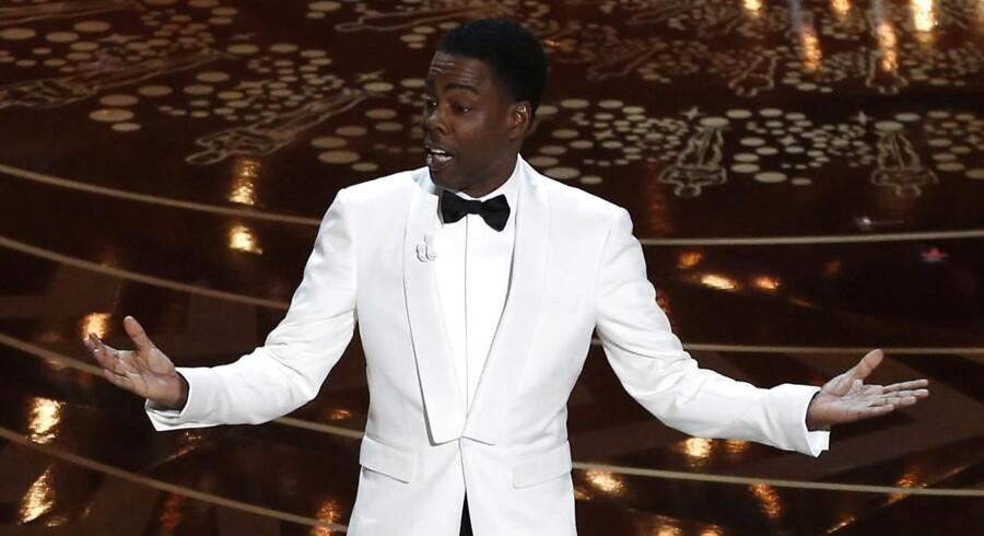 Chris Rock under åbningen af årets Oscar-fest, som han i rollen som vært lagde ned med jokes om hvide statuetter.