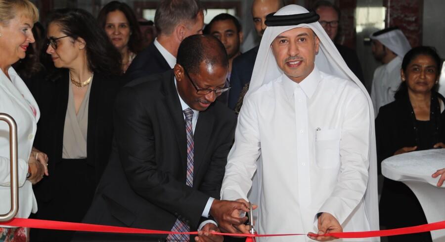 arbejdsminister i Qatar, Issa Saad Al-Jafali Al-Nuaimi, klipper snoren og indvier Den Internationale Arbejdsorganisation ILO's nye kontor i landet. Det sker med forventning om forbedringer for de mange udenlandske arbejdere i landet. Scanpix/Str