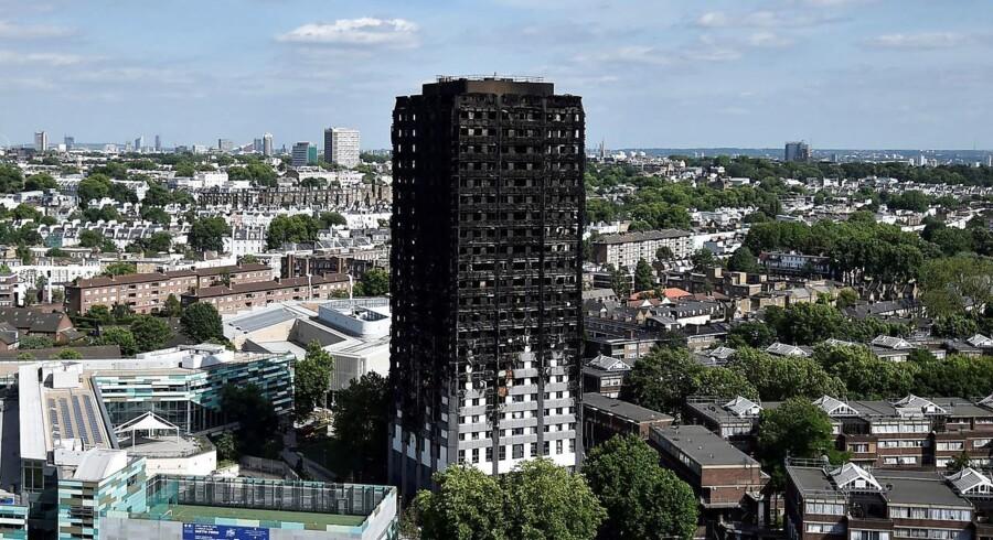 Det udbrændte højhus Grenfell Tower står nu i bydelen Kensington i det vestlige London som et minde om den tragiske brand. REUTERS/Hannah McKay