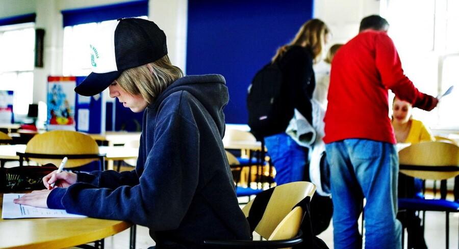 Patrick fra 9. klasse gør den sidste side i Pisa-undersøgelsen færdig på Maglegårdsskolen i Hellerup.