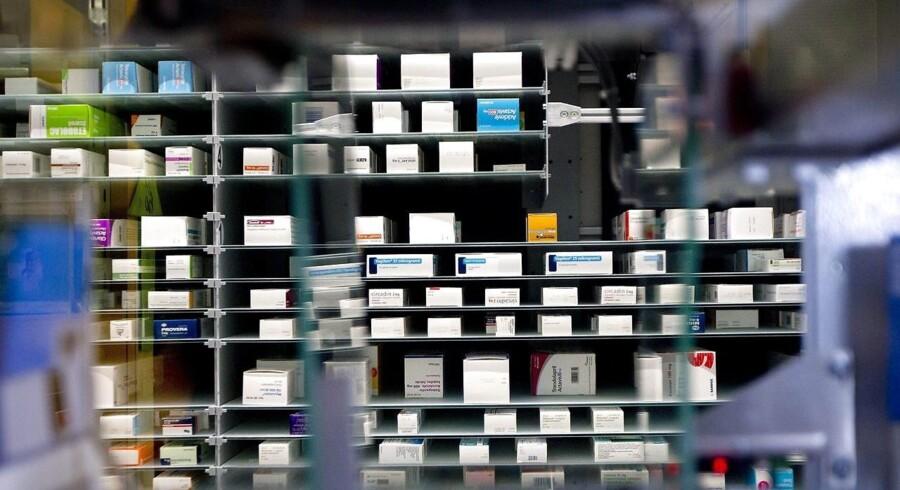 Apotekerforeningen opfordrer landets apoteker til øjeblikkeligt at fjerne en række plejeprodukter fra hylderne, som indeholder et ulovligt konserveringsmiddel, der mistænkes for at kunne fremkalde kræft.