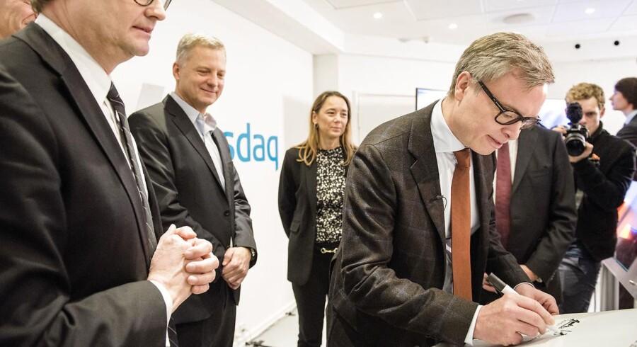 Børsnoteringen af Skandinavisk Tobak. På Nasdaq Copenhagen. Niels Frederiksen CEO underskriver diplom for børsnoteringen.