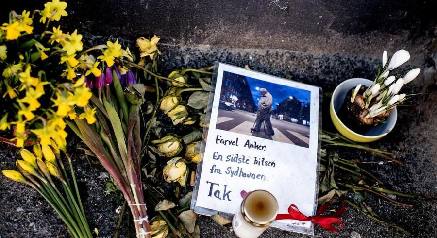 """""""Vi kendte alle Anker"""" Foran Anker Jørgensens tidligere opgang i Københavns Sydhavn ligger der blomster. Fællesskabet i arbejderkvarteret siger farvel til en mand, de selv mener, der burde være flere af i politik."""