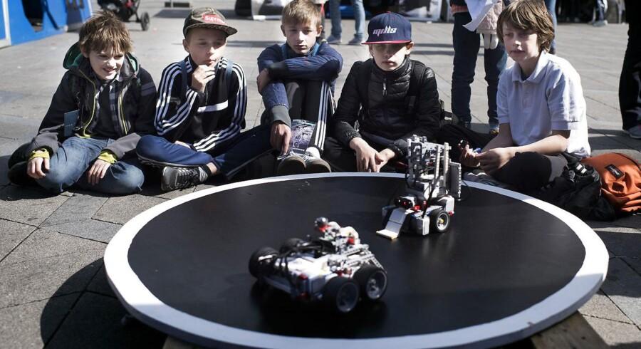 Mange forskellige tiltag - f.eks. her Forskningens Døgn på DTU-Ballerup - forsøger at gøre allerede folkeskoleelever interesseret i at arbejde med IT og teknologi, f.eks. her ved at programmere Lego-robotter, fordi der også i de kommende år vil være stor mangel på arbejdskraft, der kan den slags på et mere avanceret plan. Arkivfoto: Liselotte Sabroe, Scanpix