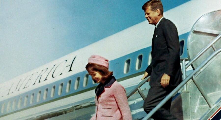 Præsidentparret John F. Kennedy og Jacqueline Bouvier Kennedy ankommer med Air Force One til Love Field lufthavnen in Dallas, Texas 22. november 1963 mindre end en time før attentatet.