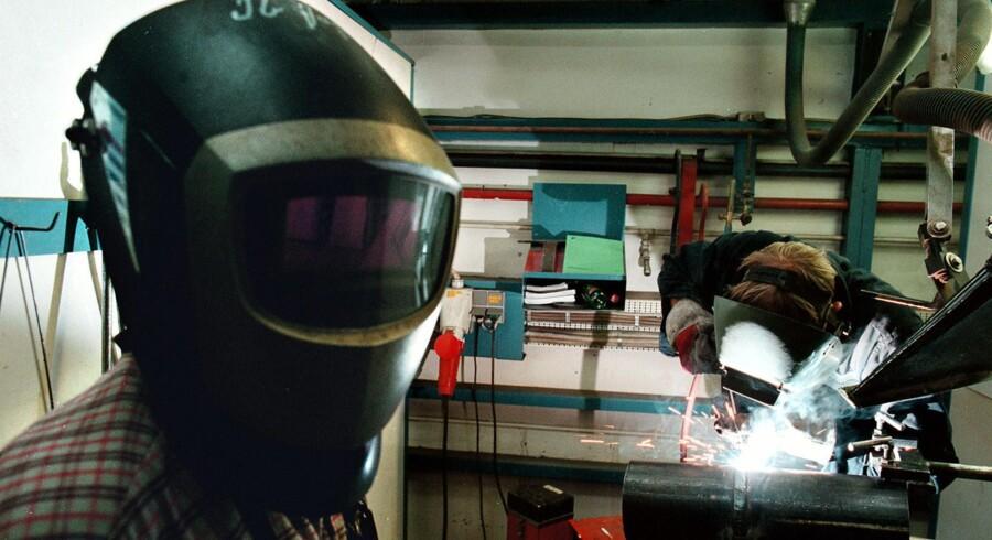 Stadig færre virksomheder sender deres medarbejdere på et AMU-kursus, når de har brug for at efteruddannelse. Fotoet er fra et svejsekursus på Metalindustriens Fagskole i Ballerup. Arkivfoto: Bjarke Ørsted
