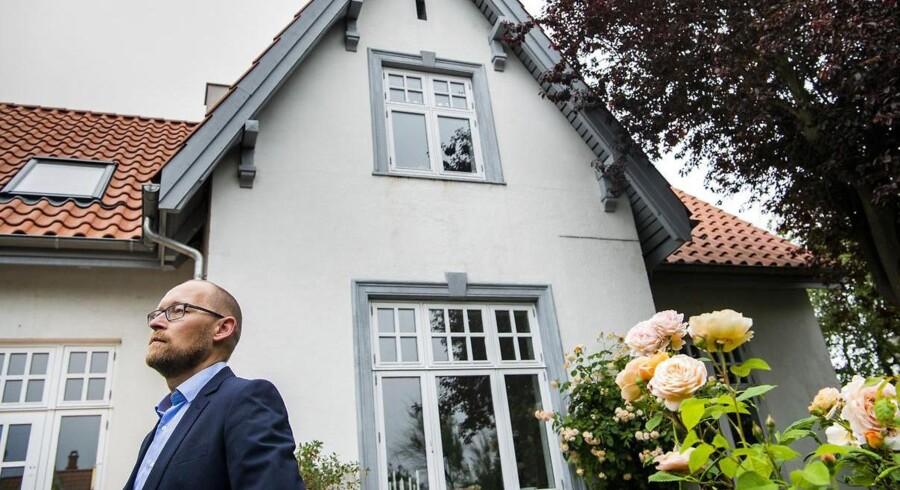 Bo Vølund foran sit hus på Amager, som er belånt med et realkreditlån i Totalkredit. Lånet er omdrejnignspunktet for, at han har sagsøgt Totalkredit for at få rullet stigninger i bidragssatsen tilbage. Foto: Søren Bidstrup