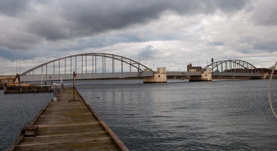 En hollandske jagt efter olie på Lolland-Falster er blevet udsat af folketingets energiudvalg. Det giver anledning til en større politisk debat om, hvorvidt man overhovedet bør lede efter olie i landet. Her ses Guldborgbroen, der forbinder Lolland og Falster over Guldborgsund.
