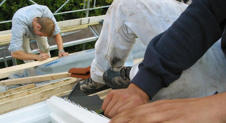 ARKIVFOTO af tømrer- - Se RB 25/8 2013 23.08. Tager en håndværker en kort videregående uddannelse er gevinsten et gennemsnit på 900.000 kroner. (Foto: Steffen Ortmann/Scanpix 2013)