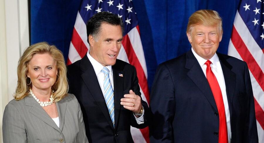 ARKIVFOTO 2012. Mitt Romney med hustruen Ann og Donals Trump (th) ved en pressekonference i 2012, hvor Trump støttede Romney, der dengang var Republikanernes præsidentkandidat.