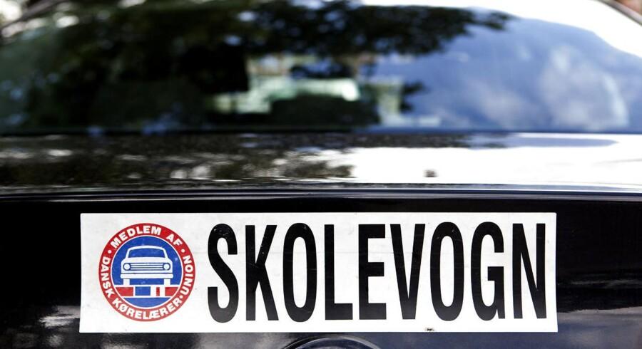 En kørelærer har fået en bøde og betinget frakendelse af kørekortet for at føre en bil fra passagersædet.