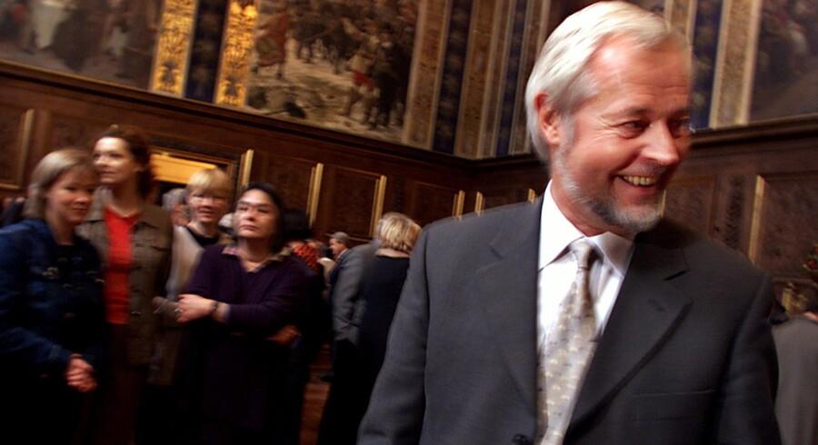 Studerende og kollegaer tog i 2002 afsked med Kjeld Møllgaard som rektor. Derefter genoptog han sin forskning.Foto: Bjarke Ørsted