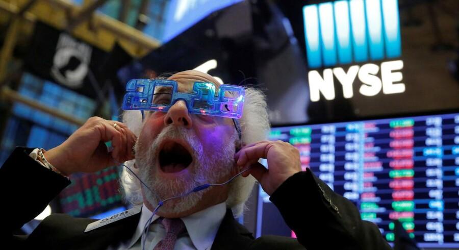 Selv om Wall Street afsluttede 2017 med et lille fald fredag, så blev det forgangne år det bedste siden 2013 for de amerikanske investorer.