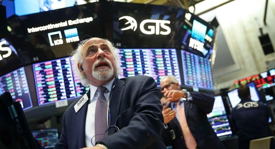 De amerikanske aktier lukkede med store kursfald fredag efter tre dage med kraftige udsving. Ny raslen med handelssablerne fra USA's præsident, Donald Trump, over for Kina fik investorerne til at krybe i ly inden weekenden.