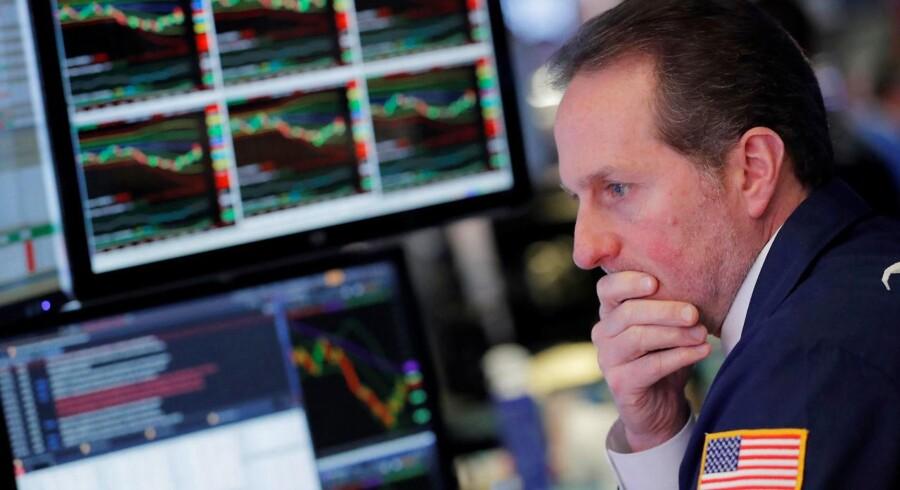 Det danske aktiemarked er mandag middag præget af stigninger. De har baggrund især i håbet om ingen yderligere eskalering af handelskrigen mellem USA og Kina.