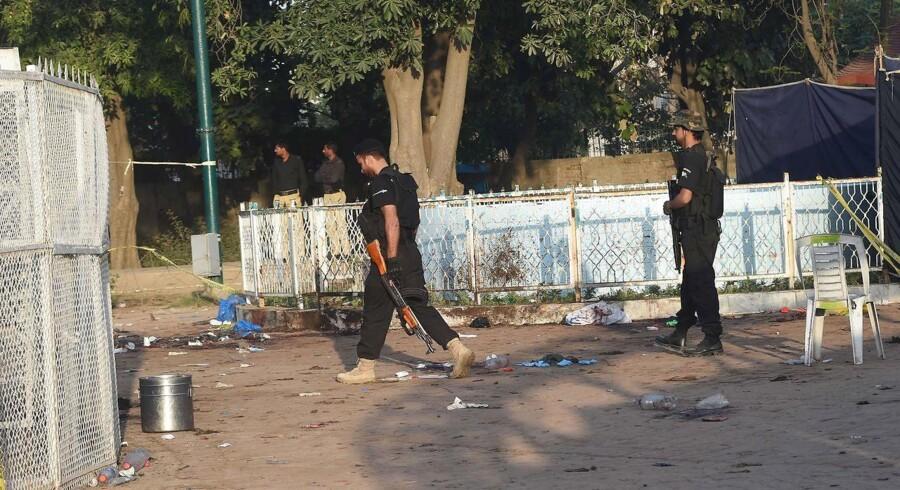 Pakistansk politi står vagt ved parken i den pakistanske by Lahore, hvor mindst 65 mennesker mistede livet.